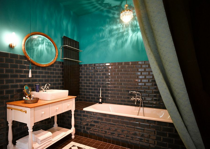 muebles de baño, baño en estilo ecléctico en aguamarina y marrón oscuro, azulejos relucientes, espejo oval vintage