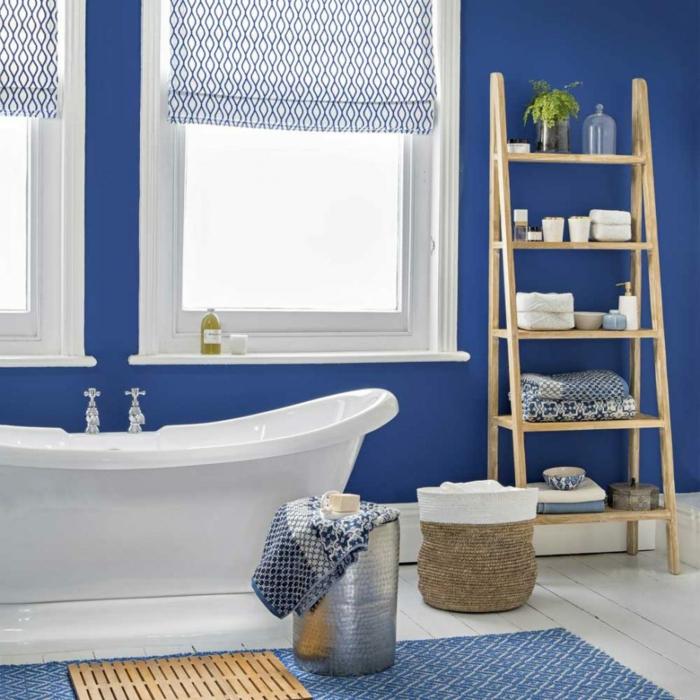 decoracion baños, baño en blanco y azul, paredes pintadas en azul saturado, detalles de mimbre y madera