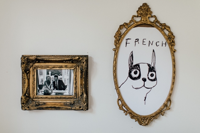 estilo vintage, decoración en las paredes, marcos de cuadros dorados con ornamentos, espejo vintage con dibujo infantil