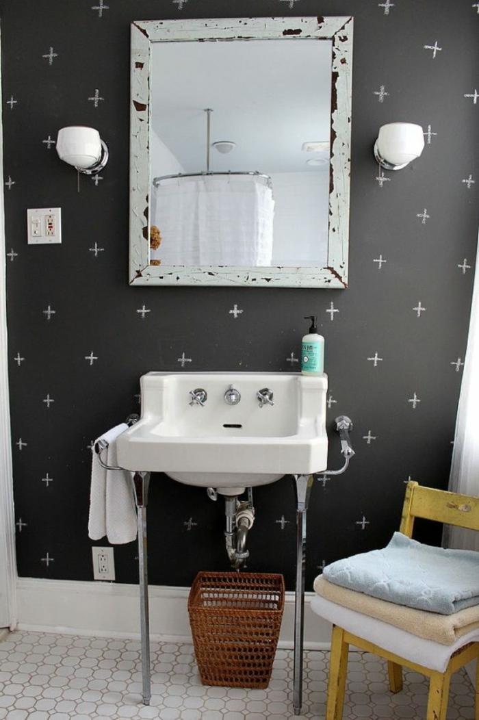 muebles de baño, cuarto de baño con muebles vintage con efecto desgastado, papel pintado moderno en gris