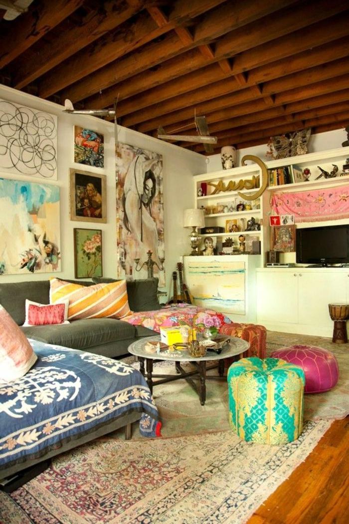 colores para salones, salón en estilo bohemio con muchos colores del gama pastel, techo con vigas de madera