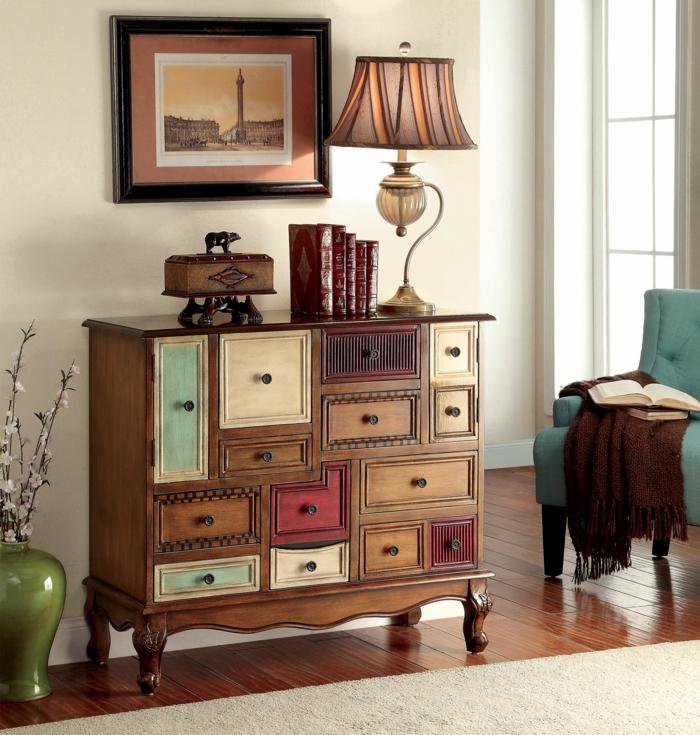 estilo vintage, precioso armario de madera con patas ornamentados y puertas de diferente tamaño y color, libros viejos