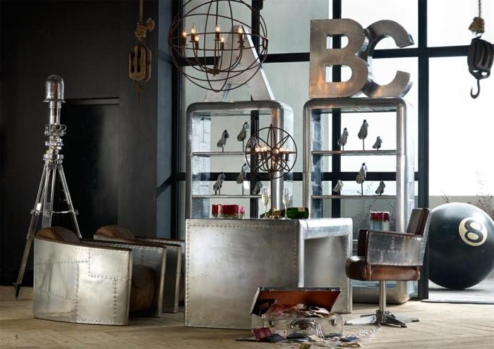 estilo vintage, interior vintage, cajas de metal en colo plateado, sillas vintage bajas, decoración en estilo industrial, candelabro viejo