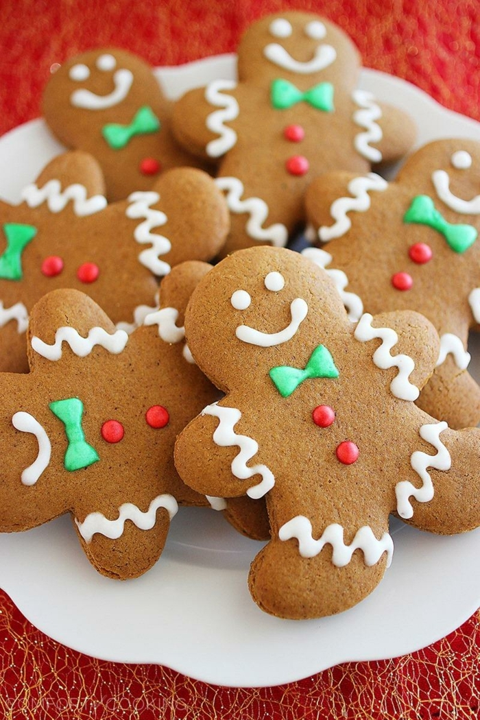 receta galletas de mantequilla, galletas de jengibre fáciles de hacer con la forma de hombres, bonita decoracion con glaseado