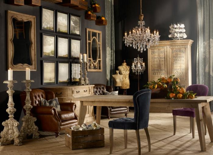 estilo vintage, salon con muebles de madera, espejos vintage, grandes candelabros puestos en el suelo, mucha decoración