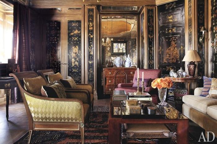 estilo vintage, salon espacioso, paredes con efecto envejecido en negro y dorado, mesa de madera, sillas tapizadas en color oro