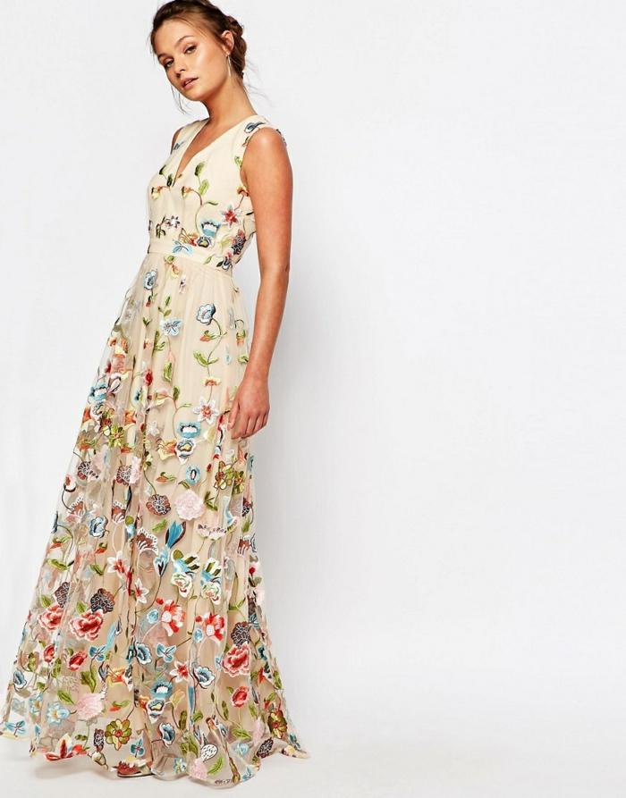 vestidos largos, vestido largo en beige con estampados de flores, bordado mexicano, escote en v, pelo recogido en moño