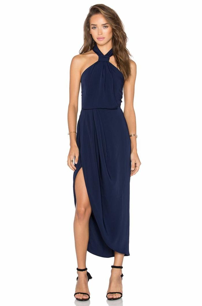vestidos largos, vestido largo en azul con grande hendidura, diseño atractivo, zapatos negros abiertos con tacones altos