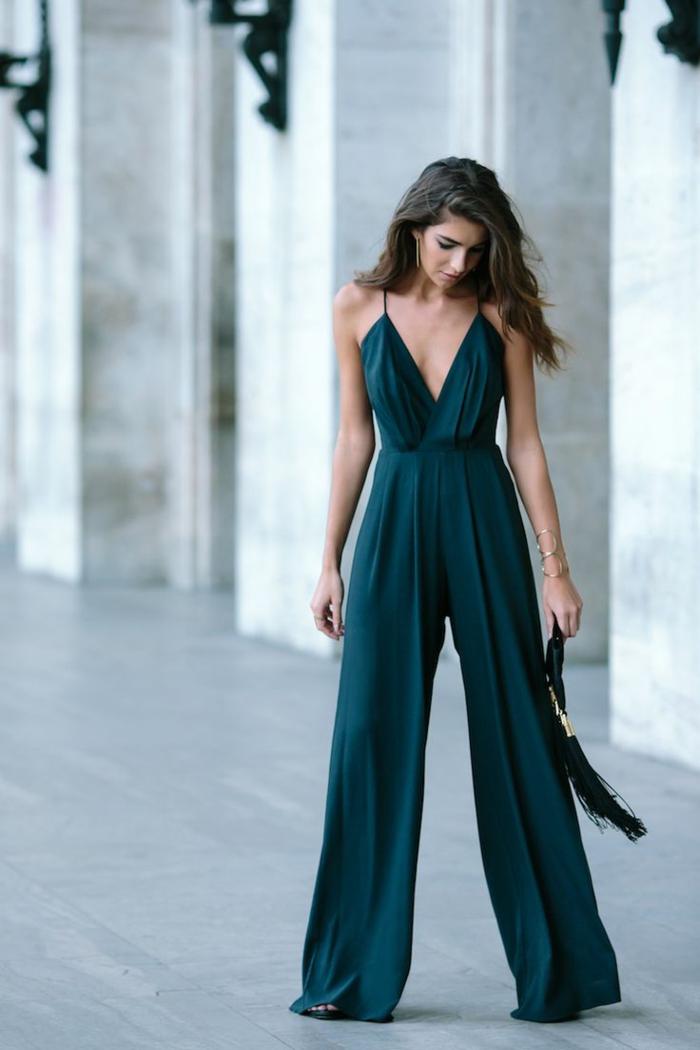 vestidos para bodas, monos elegantes en verde con correas finas y escote en v, pelo suelto ondulado
