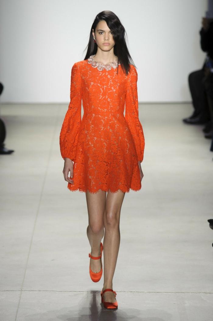 vestidos de boda, idea en color naranja, vestido corto de encaje con ornamento en el cuello, pelo suelto peinado a un lado