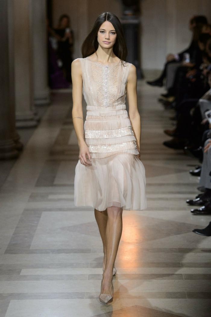 vestidos de boda, vestido hasta la rodilla de visillo en color champán, tonos metálicos, zapatos cerrados puntagudos