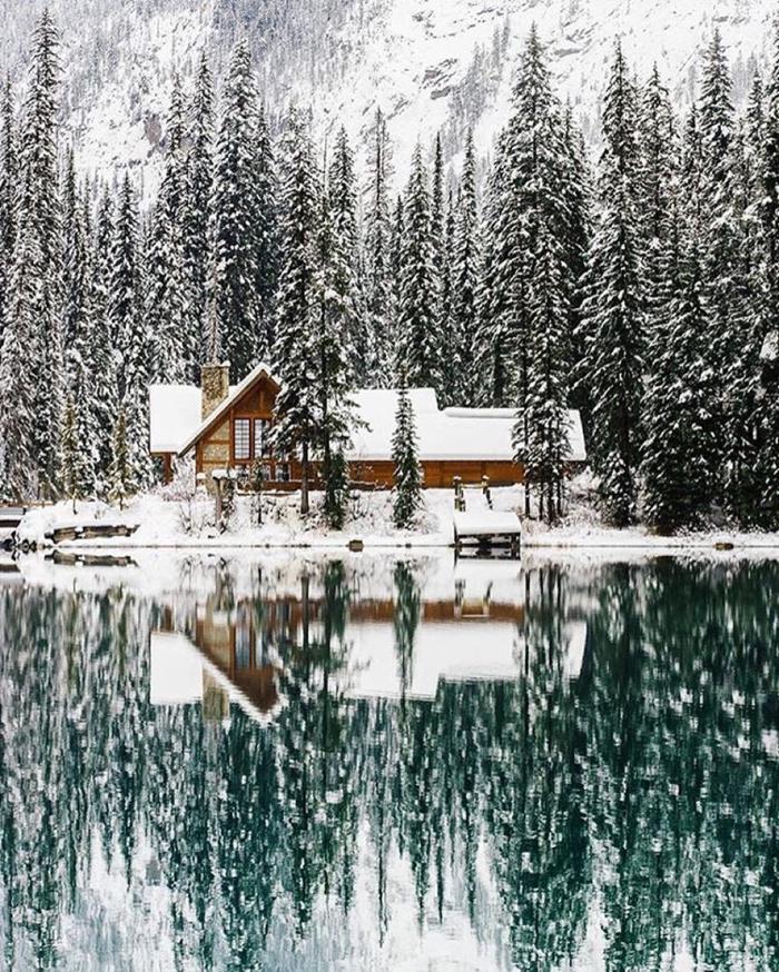 cabañas de madera, grande cabaña de madera al lado de un lago en un montaña grande, propuesta acogedora de cabaña de madera rural