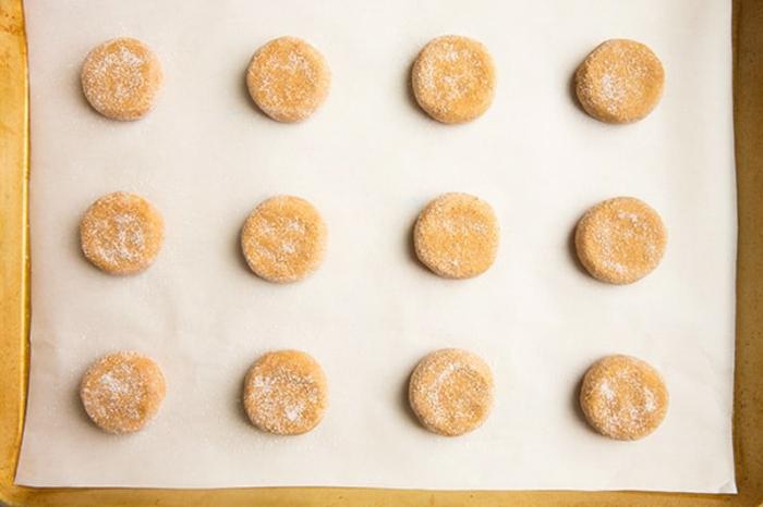 recetas de galletas faciles, galletas tradicionales de navidad paso a paso, mesa para galletas de mantequilla, recetas faciles