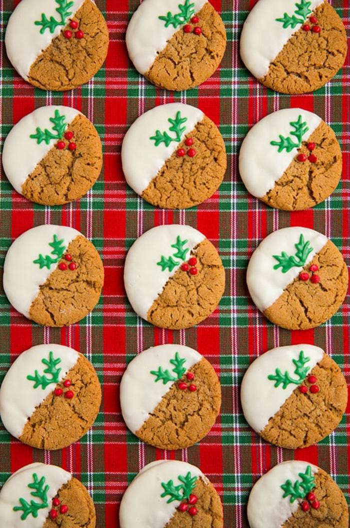 recetas de galletas faciles, galletas ovales decoradas de glaseado real, manta en cuadradas en los colores de navidad