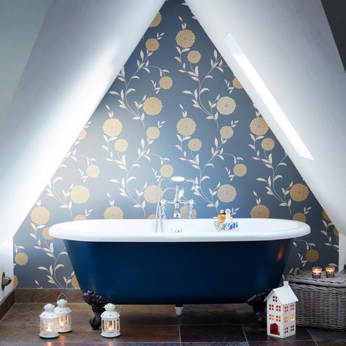 muebles de baño, idea original de un baño en buhardilla pequeña en estilo ecléctico, papel pintado con motivos florales, bañera vintage