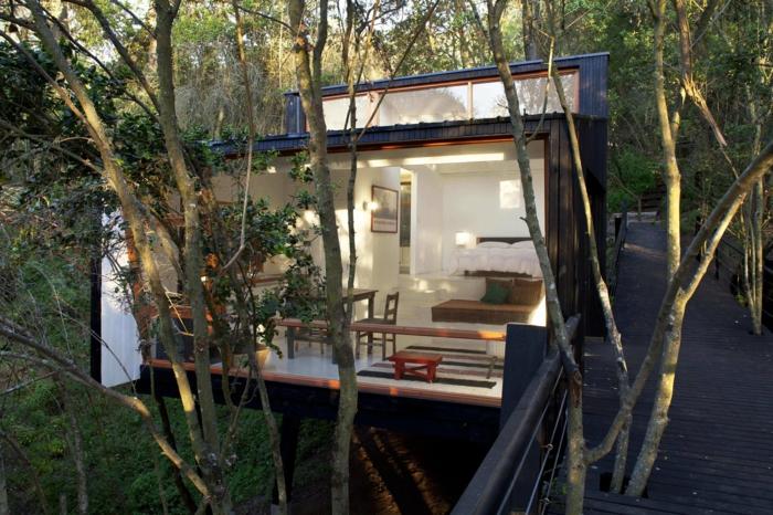 cabañas de madera, propuesta de diseño original y moderno, bonita choza en los árboles de madera pintada en negro,