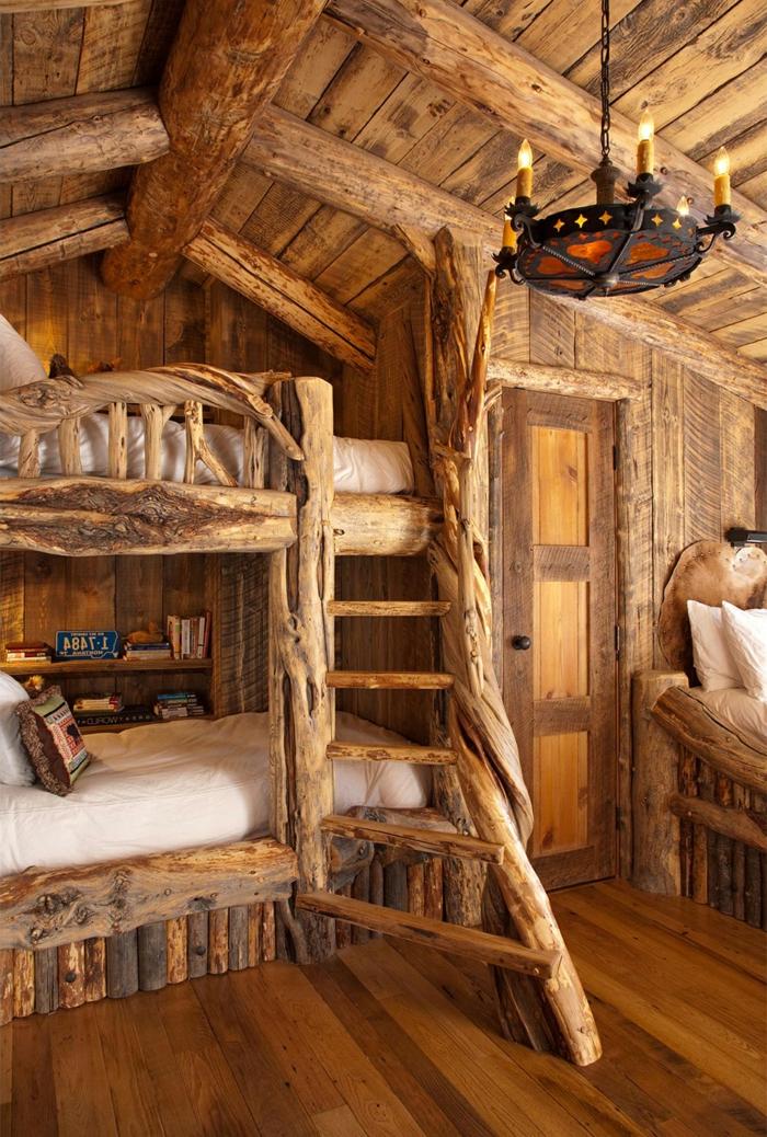 cabañitas del bosque, precioso interior de madera, camas en dos plantas con escalera, candelabro vintage, puerta y suelo de madera