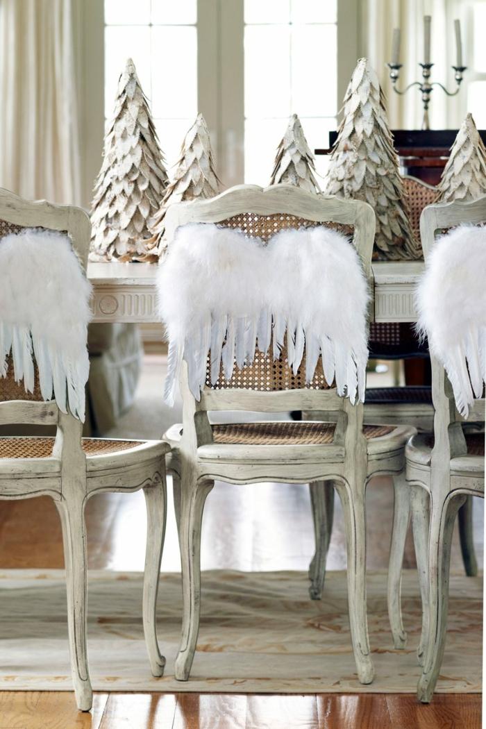 centros de mesa, ideas DIY para la mesa de Navidad, blancas alas con plumas artificiales en las sillas, árboles de Navidad hechas de papel en la mesa