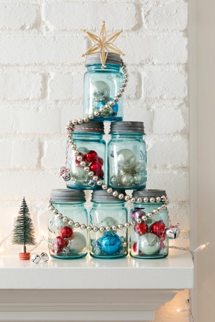 centros navideños, pino navideño DIY hecho de frascos azules llenos de bolas de navidad relucientes y guirnalda en color plata