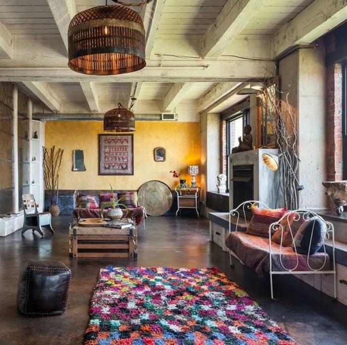 muebles de salon, grande salón con muebles DIY y decoración en estilo bohemio, lámparas con toque étnico