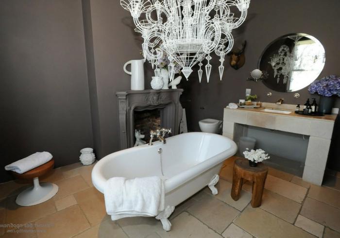 muebles de baño, cuarto de baño ecléctico, lámpara de araña atractiva en blanco, bañera vintage con patas garra, paredes en gris