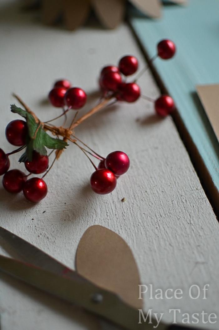 centros de mesa, ideas de decoración para la mesa de navidad, árbol de navidad de papel decorado con acebo