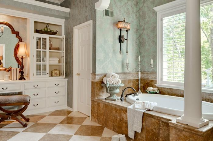 estilo vintage, baño grande, paredes de papel pintado con estampados vintage, espejo ornamentado, grande bañera