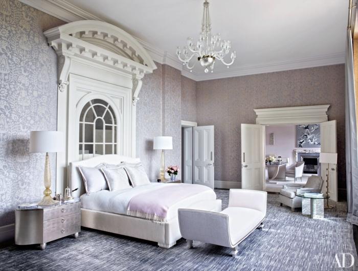 dormitorios de matrimonio, grande habitación decorada en gris y rosado, papel pintado sofisticado, suelo en gris y blanco, pie de cama original