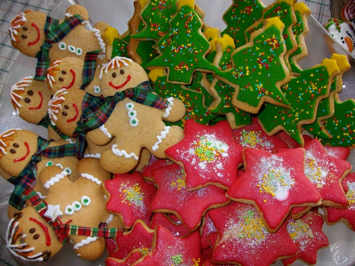 galletas faciles de hacer, propuesta coloridas para navidad, ideas DIY de galletas en forma de estrellas, árboles de navidad y monigotes de nieve