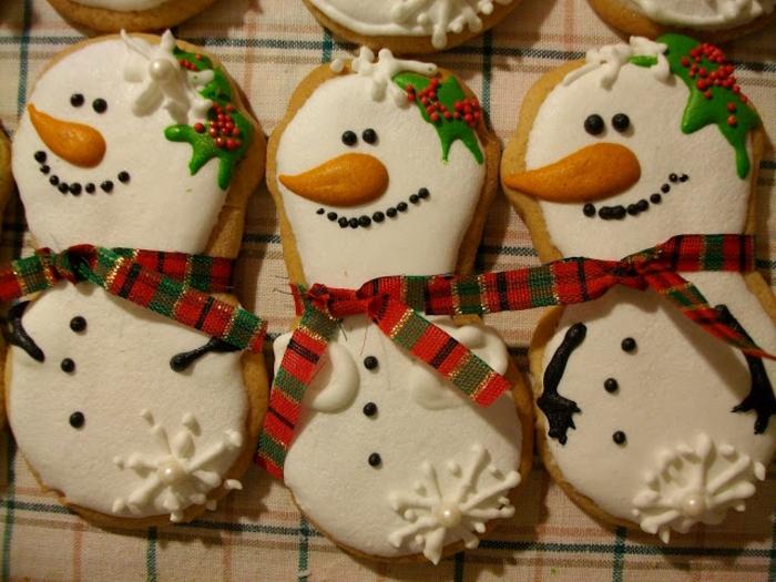 galletas de mantequilla receta, ideas faciles para navidad, galletas en forma de monigotes de nieve con decoracion original