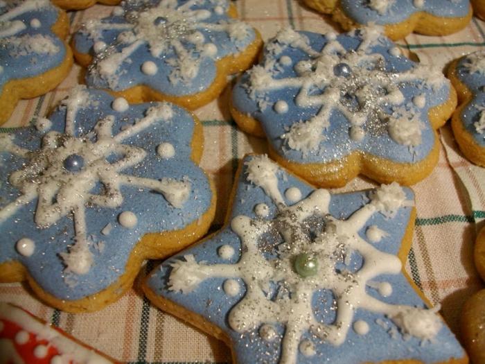 galletas de mantequilla receta, estrellas de navidad con glaseado en azul suave y decoración en blanco