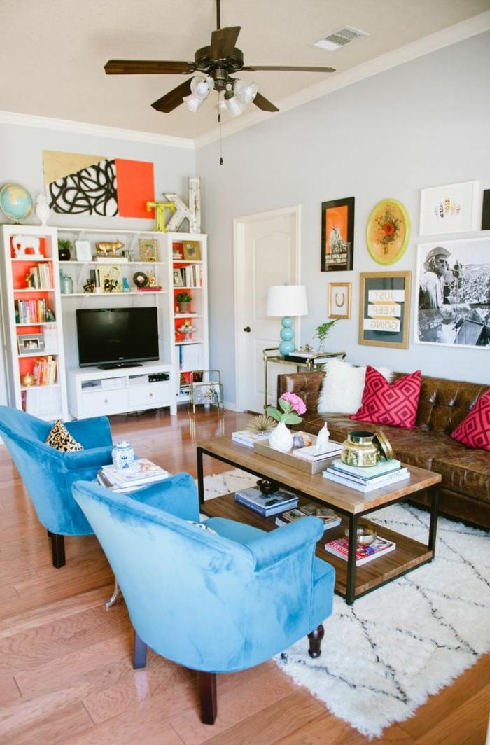 salon, salon moderno con muebles vintage, decoración contemporánea y elementos del estilo bohemio, sillones tapizados en terciopelo azul