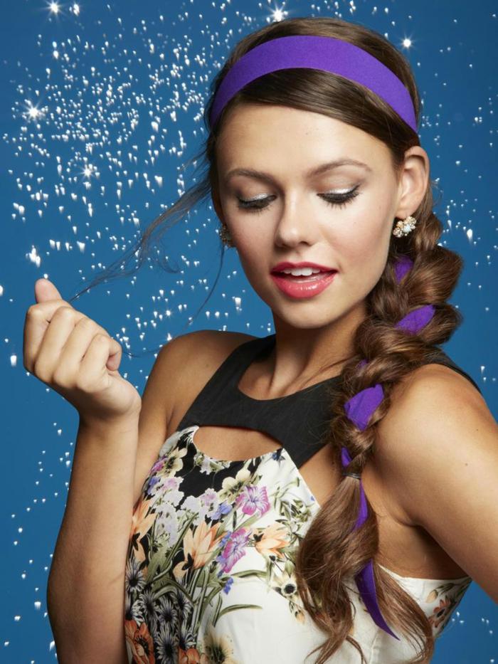recogidos pelo rizado, ideas con diadema, trenza larga decorada con cinta en color lila, pelo largo castaño