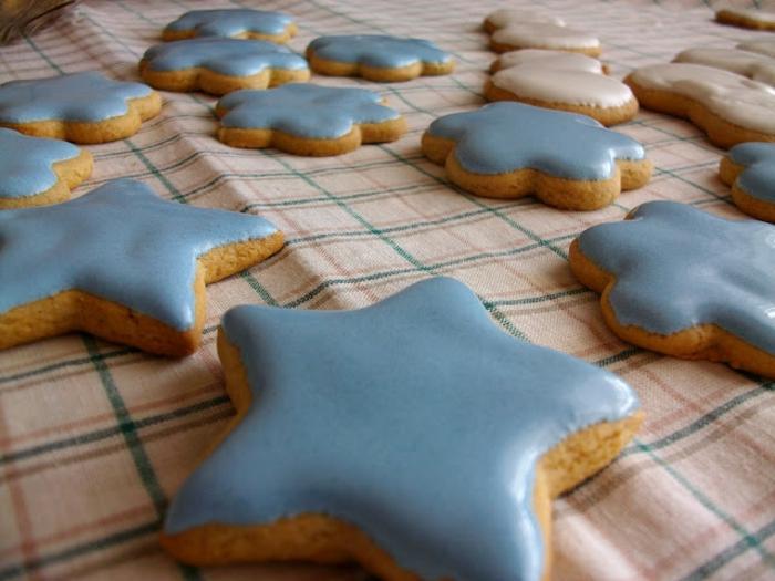 galletas de mantequilla receta, galletas DIy en tonos pastel, estrellas de navidad en azul y blanco