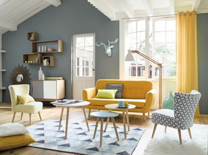 vintage, precioso salón con detalles en color mostaza, toque de los años 70, sofá en capitoné, paredes en gris