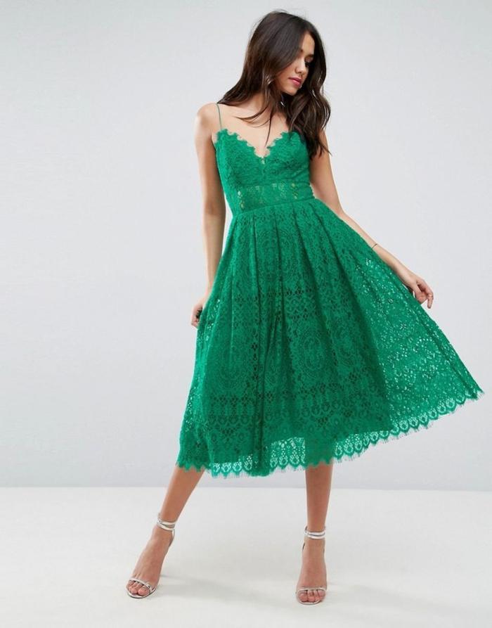 vestidos de boda, precioso vestido de boda en color verde de encaje, cabello suelto y sandalias en color palta