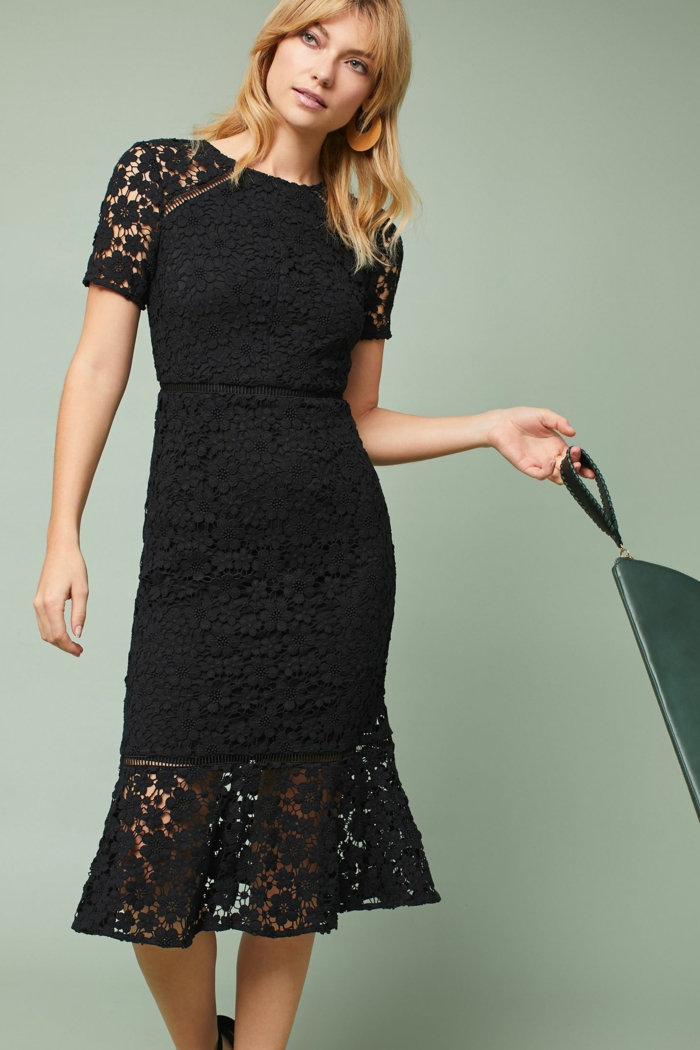 vestidos de boda, elegante propuesta en negro, vestido hasta la rodilla de encaje, bolso de piel en verde, pelo suelto