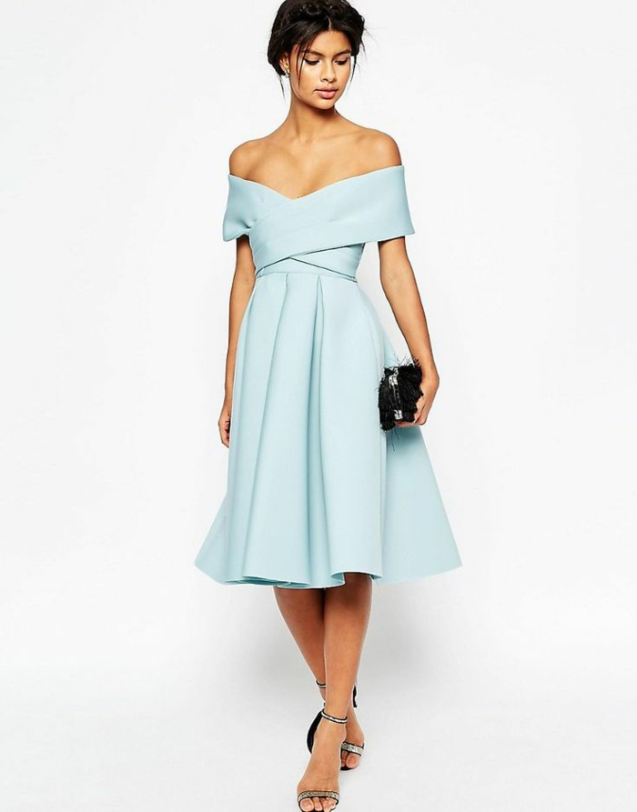 vestidos de boda, variante original para un vestido de boda, escote atractivo, falda en forma de campaña, bolso negro brillante