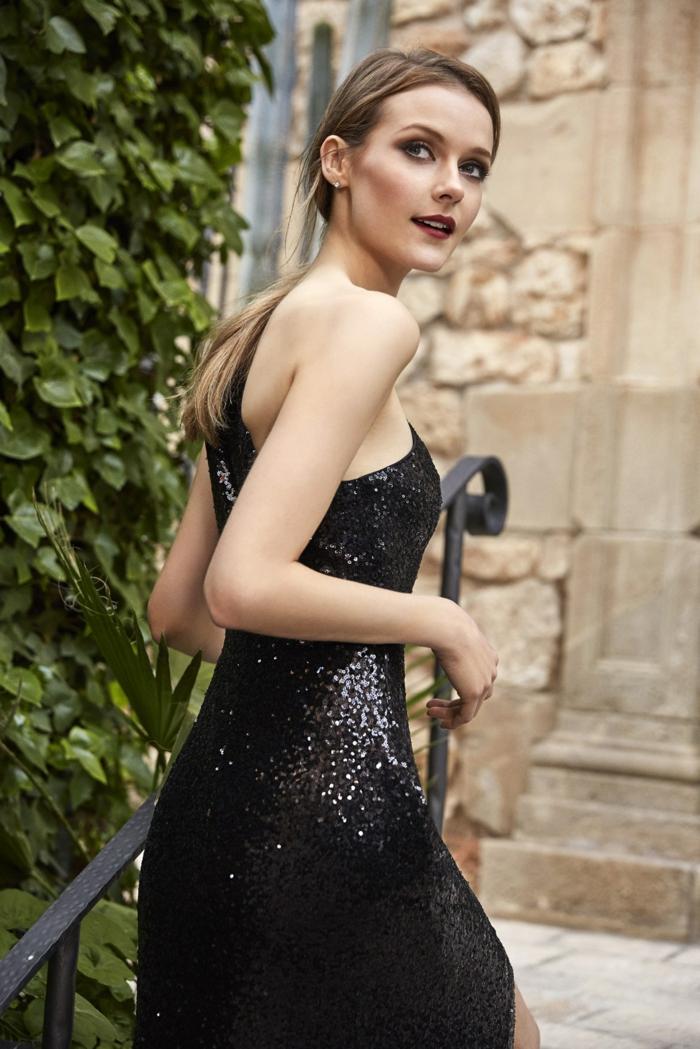 vestidos de fiesta largos, vestido largo y brillante en negro, vestido con lentejuelas, pelo recogido en coleta, maquillaje fuerte