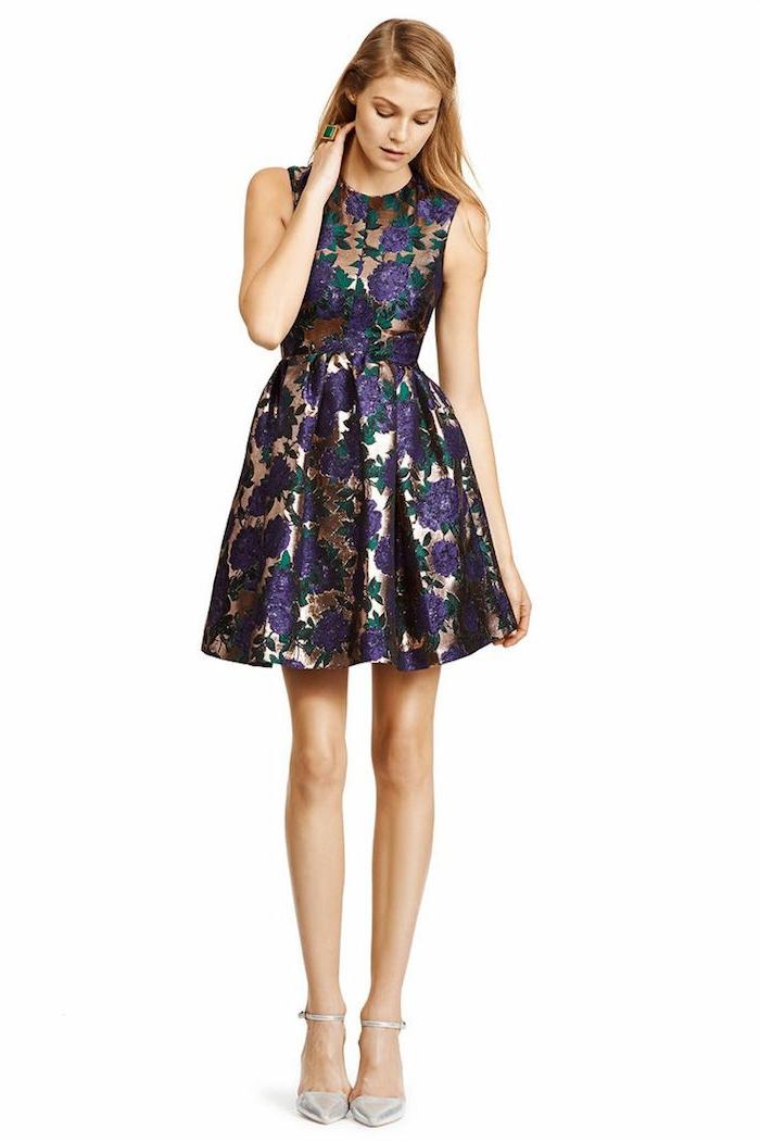 vestidos de fiesta largos, opción simpática para invitadas de boda, vestido corto con falda campaña, estampado de rosas en color lila en fondo dorado