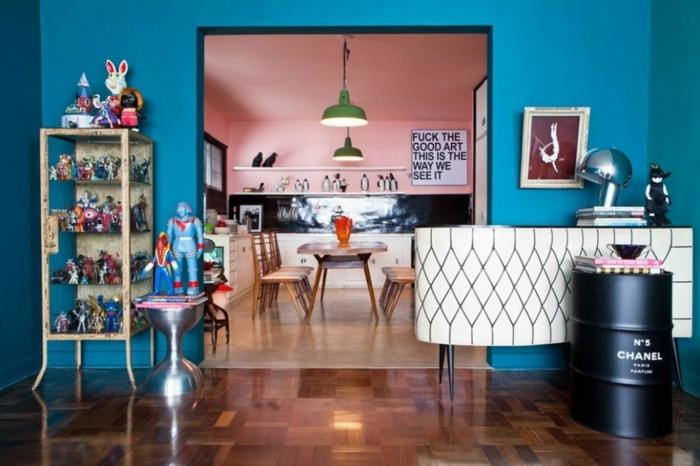 vintage, dormitorio infantil en azul saturado, ideas creativas, habitación con suelo de parquet y muebles vintage