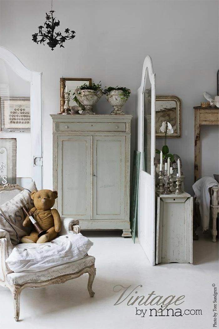 sillas vintage, ideas para decorar un dormitorio infantil en estilo vintage, lámpara de araña en negro, armario de madera