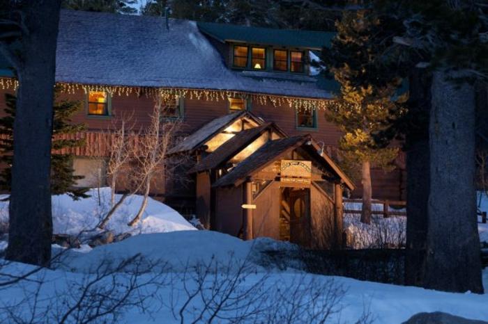 cabañitas del bosque, preciosa casa de madera en un terreno montañoso, tres casitas más pequeñas, muchos pinos altos, decoración navideña