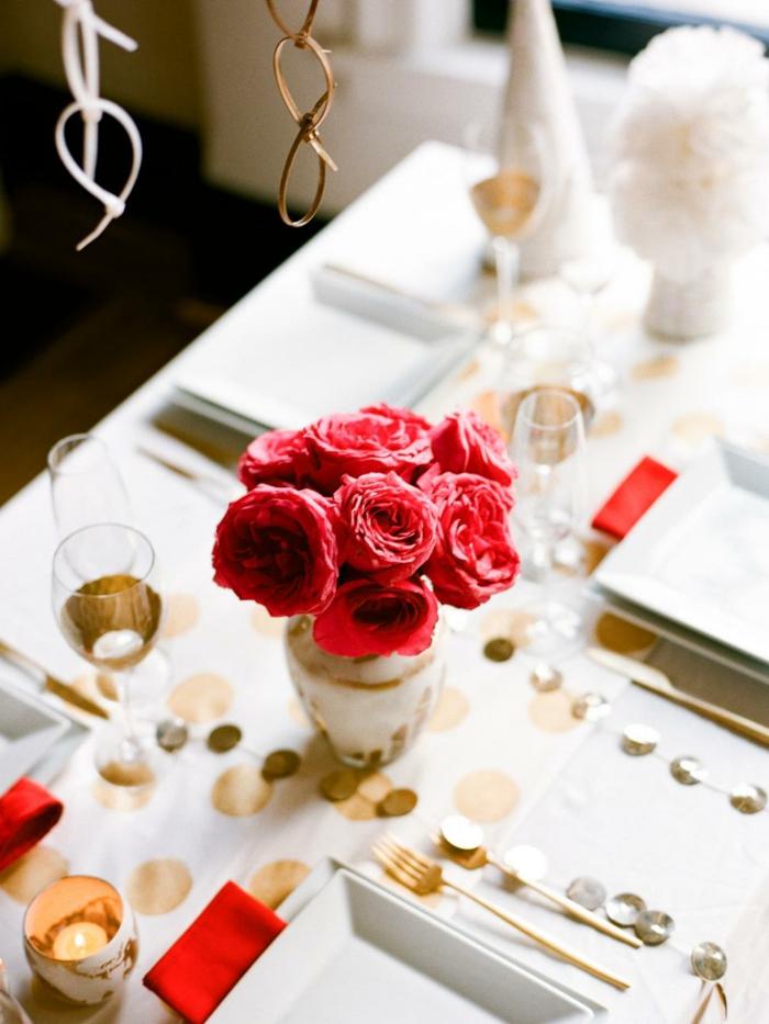 centros de mesa navideños, ideas con flores, rosas rojas en el centro de la mesa, cubierta blanca con decoración en dorado