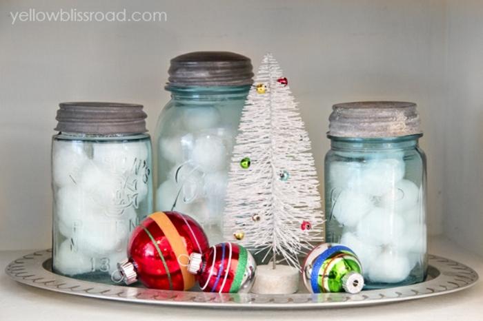 centros navideños, ideas con frascos decorativos llenos de bolas de algodón, esferas de navidad coloridas