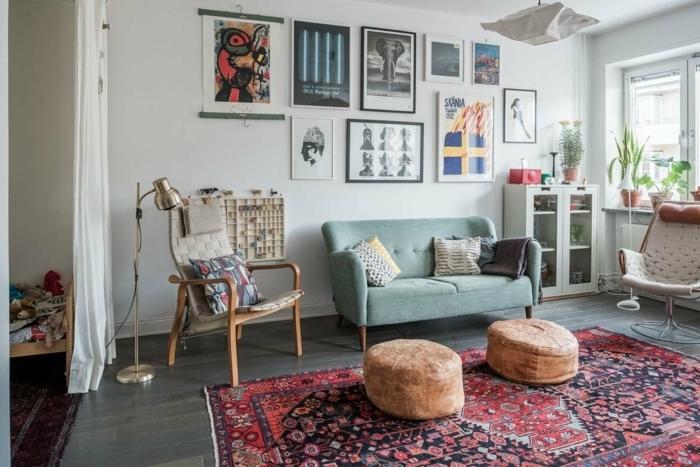 vintage, salón moderno con lafombra vintage y decoración moderna en las paredes, sofá azul en capitoné