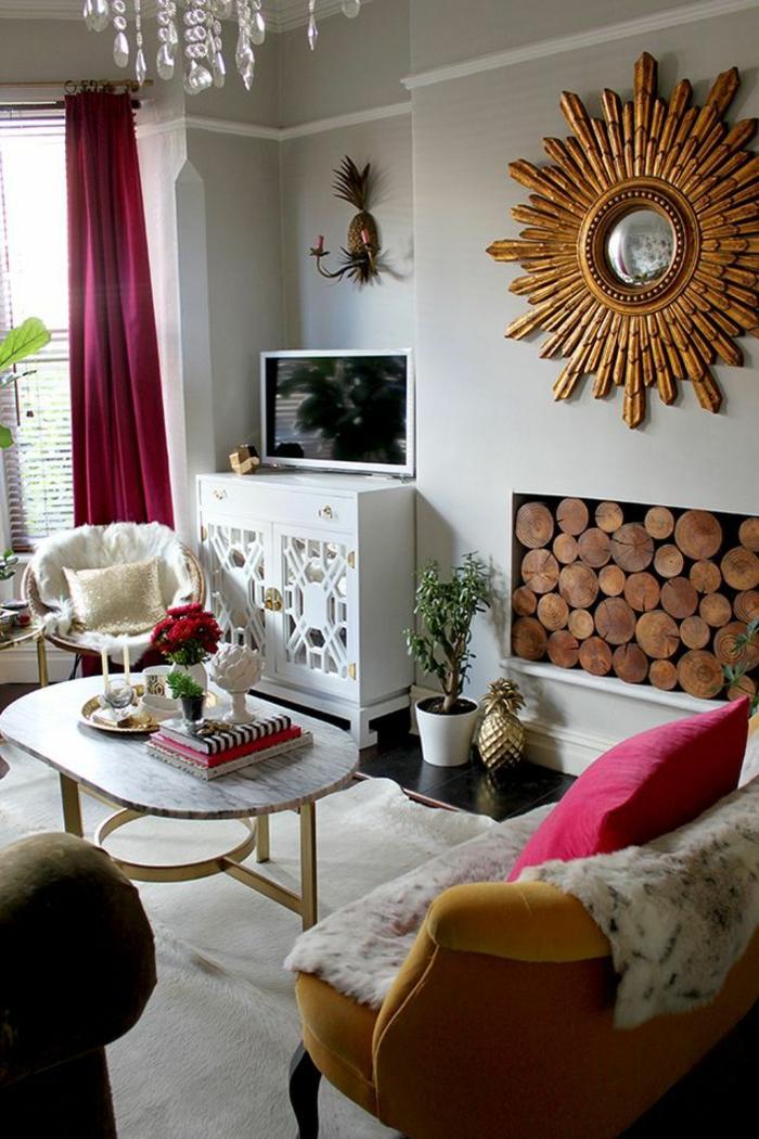 vintage, ejemplo de grande espejo vintage en color bronce, almacenamiento de leña, cortinas y cojines en color fucsia