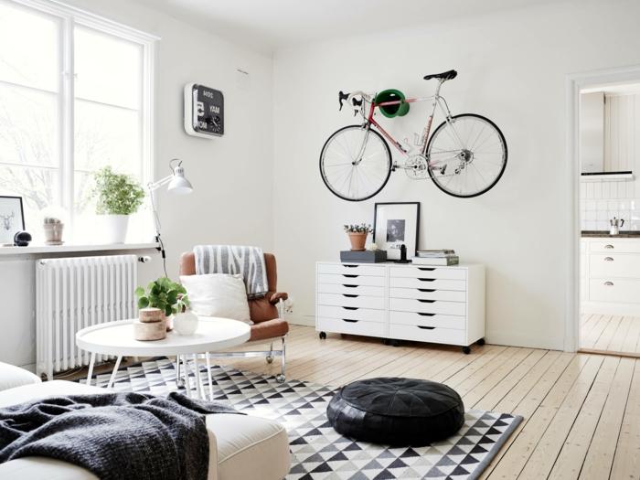 salon, salón en blanco y negro, bicicleta decorativa colgada en la pared, alfombra en triángulos