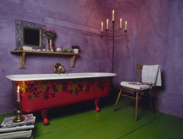 muebles de baño, ambiente en colores llamativos, paredes en lila, suelo de madera en verde, bañera vintage en rojo