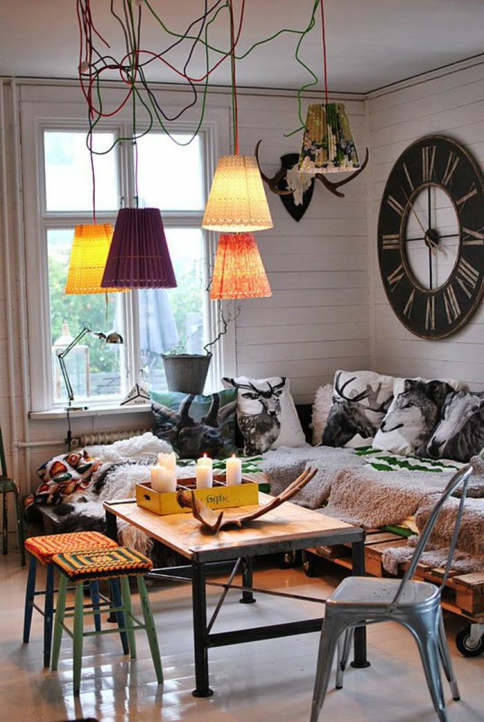 decoracion de salones pequeños, interior moderno con decoración en boho chic, colores cálidos, grande reloj vintage